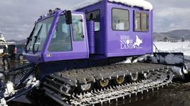 圧雪車にスノーランドのロゴ貼り例1