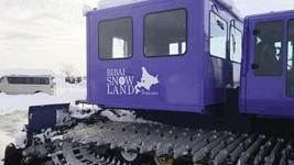 圧雪車にそのーランドのロゴ貼り例2